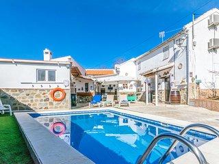 Awesome home in Villanueva de Algaidas w/ WiFi, Outdoor swimming pool and 6 Bedr
