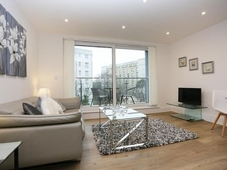 BOURNECOAST: MODERN FLAT IN TOWN CENTRE WITH BALCONY AND PARKING - FM6275