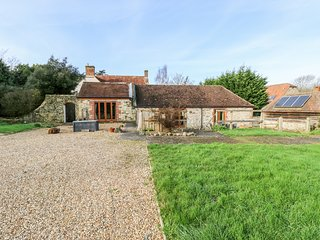 STABLE COTTAGE, stable conversion, en-suite, lawned garden, in Freshwater, Ref