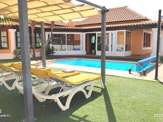 Villa with heated pool & wifi