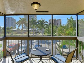 Inland condo w/ heated pool just short walk to beach and restaurants/shops