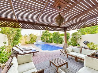 Deluxe 4 Bed Villa | Private Pool | BBQ | Lake View | Medlock Villas Dubai