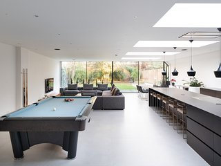 Luxury Modern House with Very Large Spaces, Cinema, Gym, Pool Table