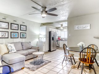 Charming condo w/shared pool, private washer/dryer, balcony-1 dog ok!