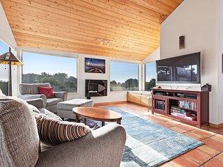 Cozy home w/ golf course views & shared pools/saunas - close to town, 1 dog OK!