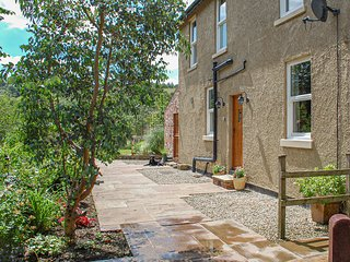 BRINKS VIEW COTTAGE, pet-friendly cottage, woodburner, cosy and modern