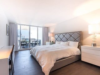 Downtown Miami | Luxury One Bedroom Waterfront Condo w/Free Valet Parking