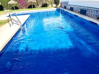 New 2020! Fabulous townhouse pool, patio, walking distance to beach and centre!