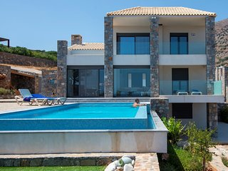 Red Rock villa with infinity pool and seaview