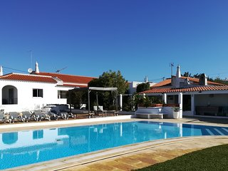 Private villa with BBQ area & large pool. Only 5min drive from beach & golf, 20p