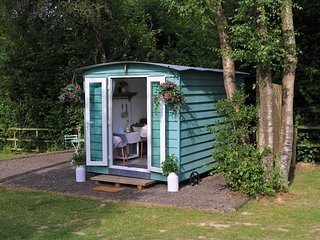 Luxury Shepherd huts in idyllic location on Kent/Sussex border - Woodpecker