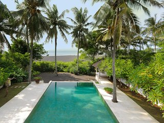 Scenic Beachfront Villa, 3 BR, Padang Bai w/ staff