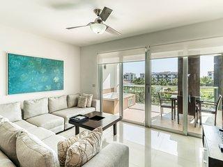 Resort condo w/ free WiFi, shared pool and amenities - walk to the beach!