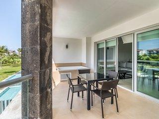 Bright resort condo w/easy beach access, free WiFi, shared pool & amenities!