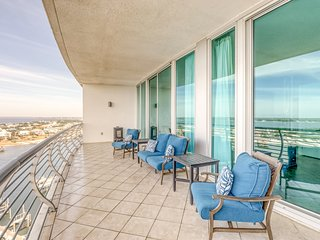 Waterfront condo near the beach w/ wet bar & shared indoor pool & hot tub!
