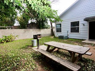 Meusebach Depot & Place (Duplex)- Sleeps up to 16! Walk to the Comal River!