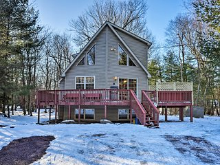 Secluded Getaway: Game Room, Hot Tub, Walk to Lake