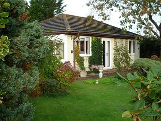 Oxton Garden Cottage with parking, garden & Wi-Fi