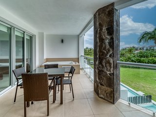 Resort condo w/ shared pool & amenities, free WIFi and cable, walk to the beach!
