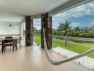 Stylish resort condo just steps to the beach w/shared pool and free WiFi!