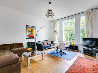 Sunny and spacious 2-bed Notting Hill flat