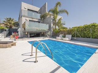 TH70 Modern villa for 6 people with sea views 200m to the beach