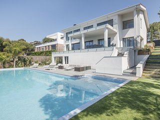 TH85 Exclusive villa with sea views 200m to the beach