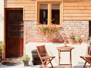 La Petite Pâquerette - beamed cottage for 2, complete with cosy wood burner
