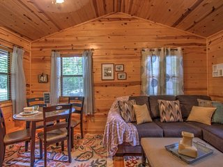 JAKE'S PLACE-1 night stays! Cozy Renovated 1 Bdr Cabin, Jacuzzi Tub, walk to din
