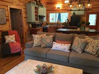 SHEAR COMFORT-1 Night STAYS! Luxury Couple's Farmhouse Cabin, Jacuzzi, Hot Tub,