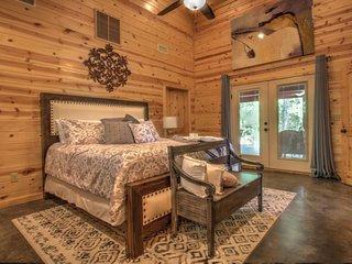 LA ROCA-Luxury Modern Couples Cabin, Sleeps 4,  Hot Tub, Smart TV, Boat Parking