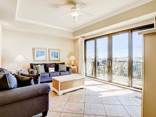 Stylish townhouse condo near the beach w/ full kitchen, WiFi, and shared pool!