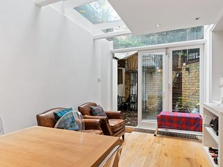 Bright 2 Bed Apt w/Patio by Sloane Square