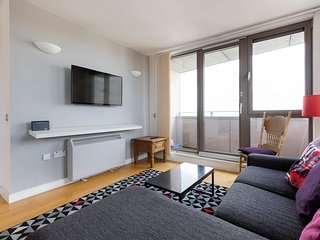Stylish 2 Bed w/ Private Balcony, 2 mins to Tube