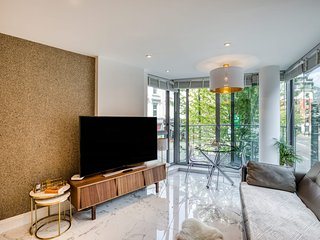 Stylish 1BDR Apt w/Balcony, near Victoria Station