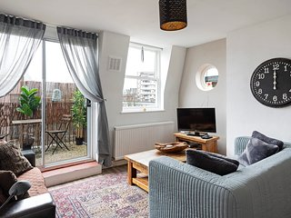 Homey 2-Bed apt w/Balcony, 15 min to Tower Bridge