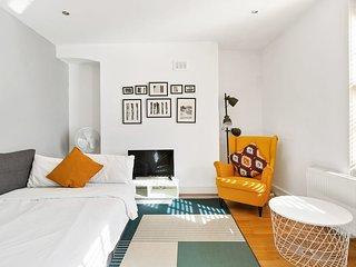 Central London 2-Bed flat, sleeps 6, in Soho