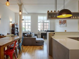 Modern, Design 1 Bed apt sleeps 4 in Waterloo