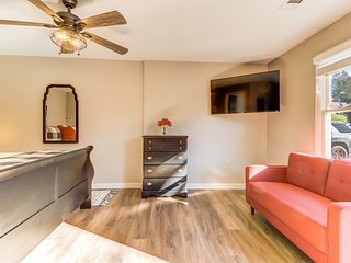 Spacious studio w/ flatscreen TV, patio, and WiFi - located in downtown Helen!