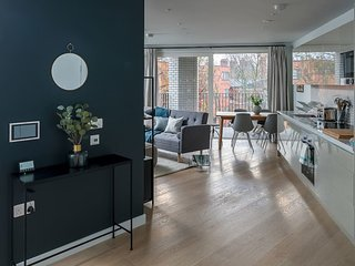 Modern 2 bed sleeps 6 w/gym & balcony in Southwark