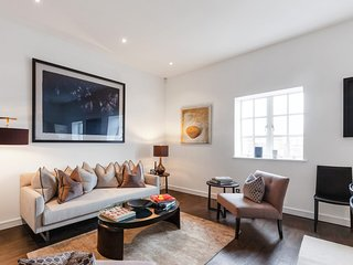 Stunning 3 Bed Apartment with Parquet Wooden Flooring in Baker Street.