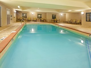 Free Wi-Fi, Free Breakfast + Indoor Pool | 20 Minutes to the University of