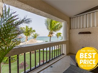 Beachfront Condo for couple, downtown area is few steps away. Top Choice in Play