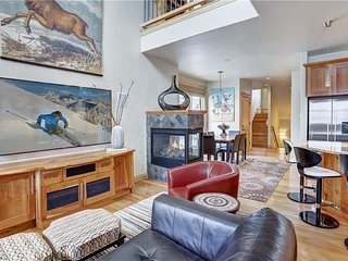 Stunning Townhome with Excellent Location to Main St & Slopes - Phenomenal Views