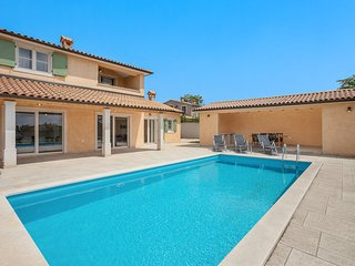 Cabrunici Villa Sleeps 6 with Pool and Air Con - 5829138