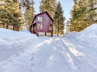 Family-friendly cabin w/full kitchen, free WiFi, & deck - close to Payette Lake!