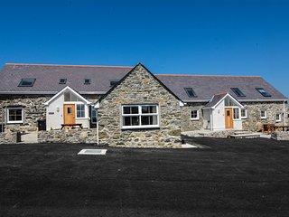 Penrhyn Farm Cottages (Cwt Drecs) with Sea views