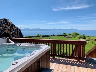Gorgeous Suite With Incredible Ocean/Mountain Views & Private Hot Tub!