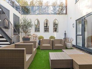 Veeve - A Wimbledon Courtyard