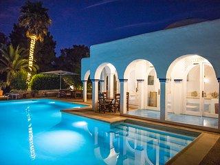 ⭐⭐⭐⭐⭐8 bedrooms, sea views, walk to the beach, entertainment, tropical gardens